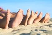 17374600-gros-plan-de-la-rangee-pieds-se-trouvant-dans-la-ligne-a-la-plage-l-39-ete